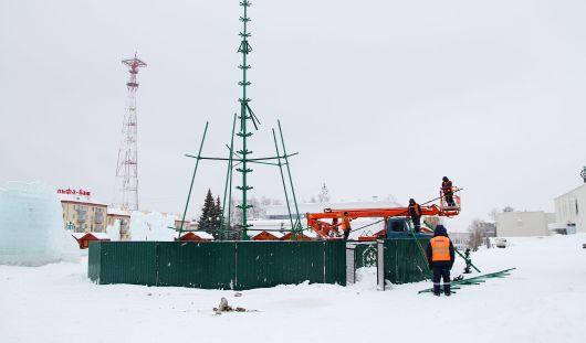 В Ижевске начали убирать новогодние елки
