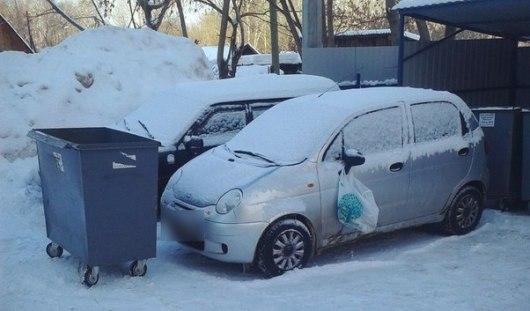 Водителя ижевской малолитражки «наказали» за парковку у мусорных баков
