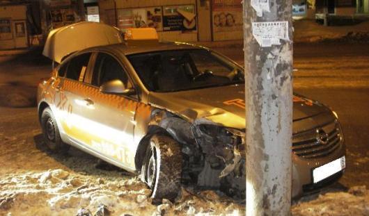 В Ижевске автомобиль такси врезался в столб