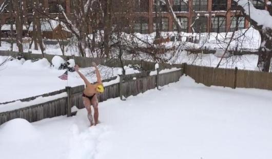 Жители Бостона устраивают снежные заплывы