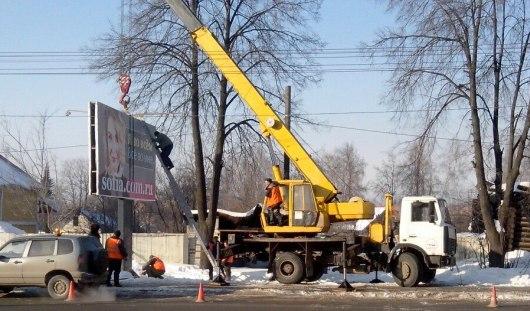 На Пушкинской в Ижевске убирают очередной рекламный баннер