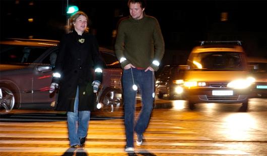 В России пешеходов могут обязать носить световозвращающие элементы и в городах