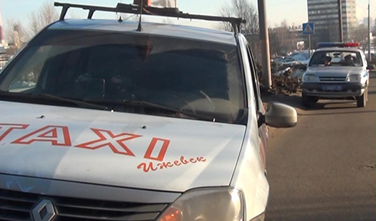 В Ижевске под колеса автомобиля такси попал пешеход