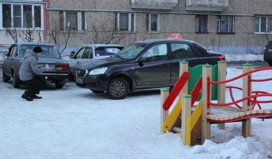 В Ижевске начали штрафовать за парковку на детских площадках с помощью паркнета