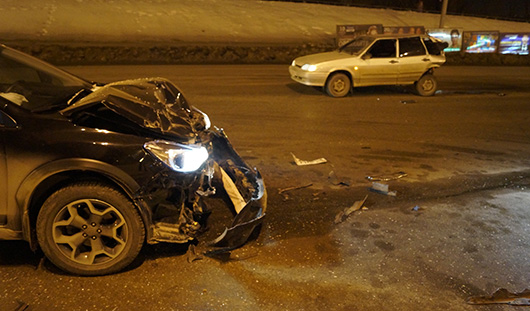 Ижевчанин на «Субару» врезался в стоящую на светофоре «четырнадцатую»
