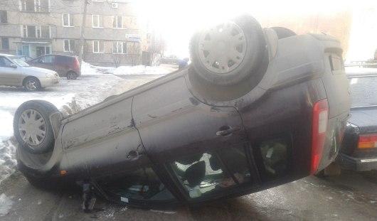 В Ижевске во дворе одного из домов на улице Карла Либкнехта перевернулась иномарка