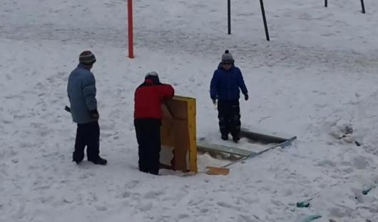 В Ижевске дети сломали фигуру «Спанч Боба» во дворе, который выиграл миллион рублей за лучшее оформление