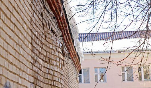 В одном из зданий в Ижевске от снежных вод «раздуло» стену
