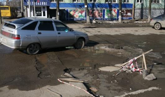 В Ижевске на перекрестке улицы Ленина и Карлутской набережной образовались ямы