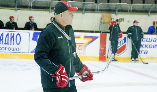 Розовые шапочки для лентяев и переполненный «Ледовый»: как Андрей Разин привел «Ижсталь» в финал плей-офф