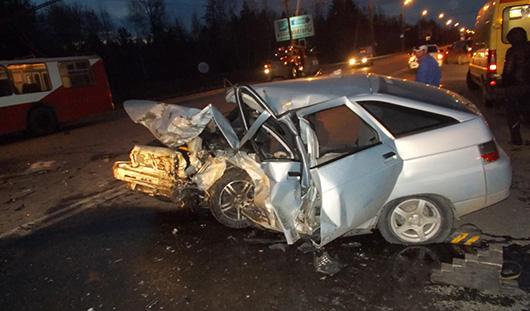 В Ижевске в лобовую столкнулись два автомобиля