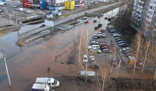 В Ижевске из-за перелома водопровода затопило улицу Первомайскую