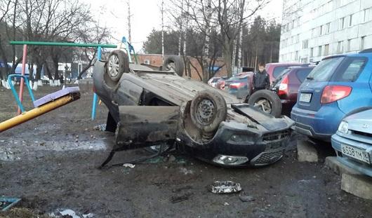 В Ижевске на улице Ворошилова автомобиль выехал на детскую площадку