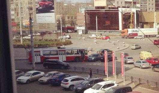 На кольце в Ижевске столкнулись троллейбус и «Рено»