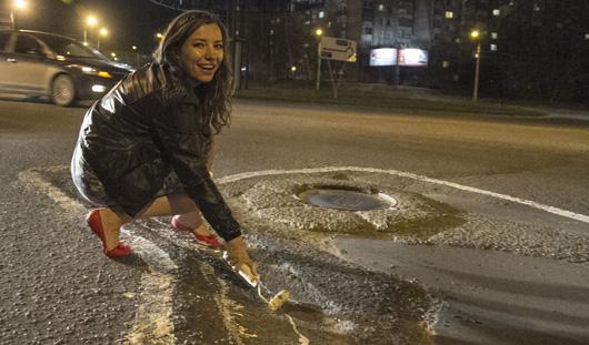 Ижевчане раскрасили ямы на самых разбитых дорогах