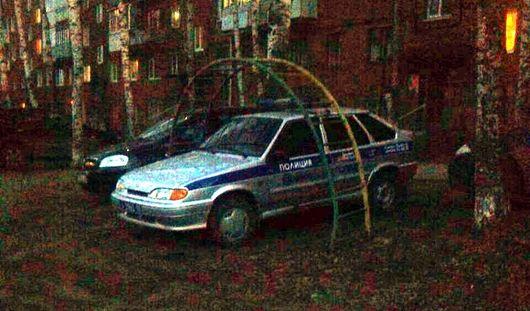 В Удмуртии автомобиль вневедомственной охраны припарковался на детской площадке
