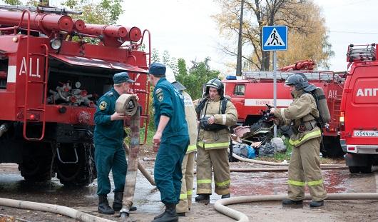 В поселке Люлли в Ижевске горят надворные постройки