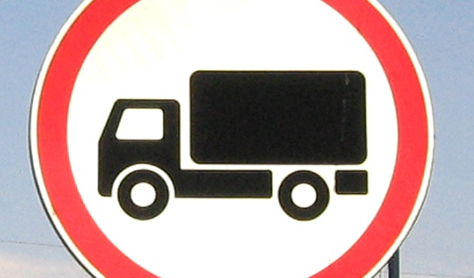 На въезде в город со стороны улицы Азина запретили движение грузовых автомобилей