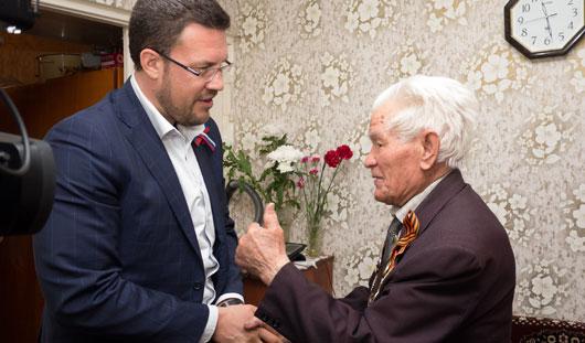 Денис Агашин поздравил с юбилеем ижевского ветерана Григория Емелина