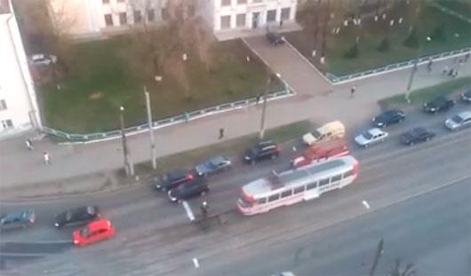 В Ижевске на перекрестке улиц Ленина и Орджоникидзе загорелся трамвай