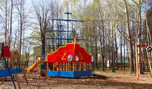 В Ижевске детский городок «Кораблик» утопает в грязи
