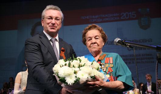 Глава города Александр Ушаков вручил знаки отличия «Почетный житель Ижевска» ветеранам войны