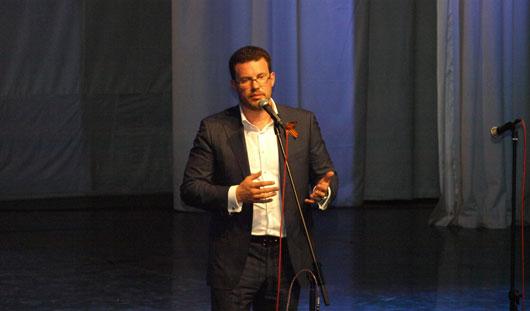 Денис Агашин вручил школьным музеям Ижевска денежные сертификаты