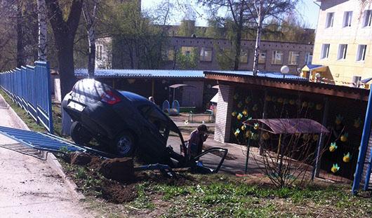 Легковушка снесла забор и влетела на территорию детского сада в Ижевске