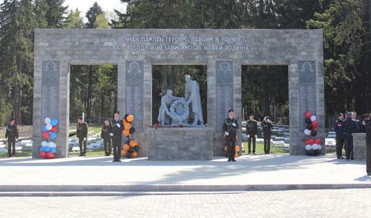 Неугасимая свеча и лики святых: Денис Агашин открыл мемориал на Северном кладбище