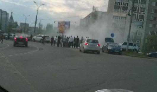 В Ижевске на перекрестке улиц Ленина и Союзная загорелась машина