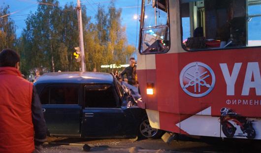 В Ижевске «семерка» залетела под трамвай