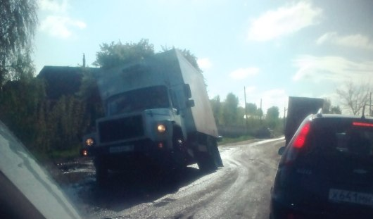 На улице Пойма грузовик провалился в яму