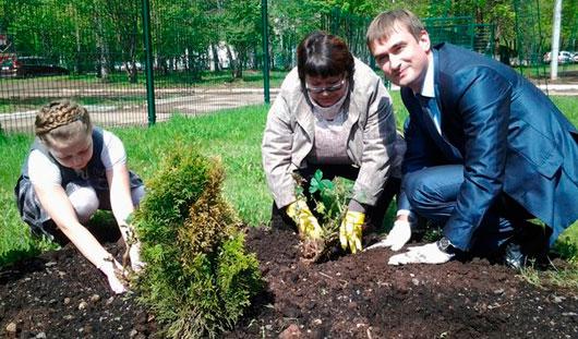 70 кустов роз к 70-летию Победы высадили лучшие выпускники ижевской школы № 32