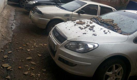 В Ижевске осыпавшаяся штукатурка повредила припаркованный во дворе автомобиль