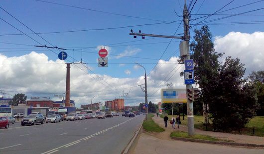 На улице Удмуртской в Ижевске над полосой для общественного транспорта повесили «кирпич»