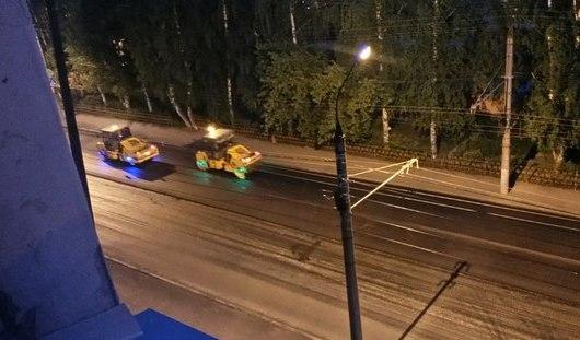 В Ижевске на колесах асфальтоукладчиков установили светодиодную подсветку