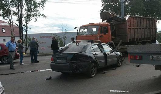 В Ижевске легковушка врезалась в мусоровоз