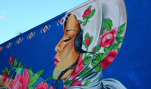 Американская художница нарисовала фреску на стене ВЦ «Галерея» в Ижевске
