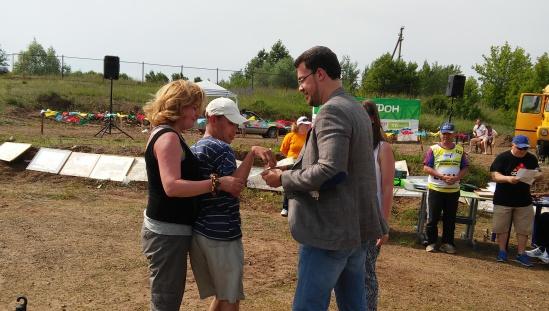 Семьи инвалидов-колясочников получили подарки от Дениса Агашина на рыболовном фестивале