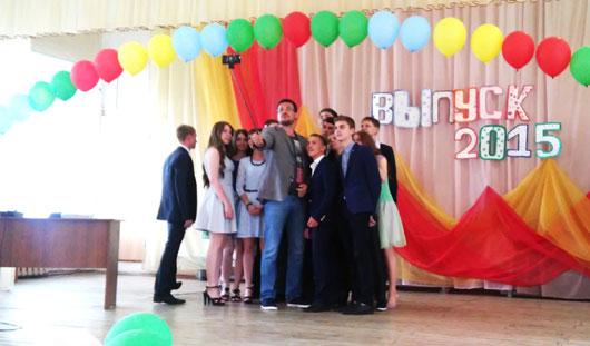 Денис Агашин поздравил выпускников с окончанием школы и подарил им устройства для селфи