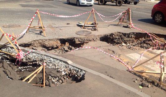 Яма на перекрестке улиц Ленина – Коммунаров: сроки ремонта этого участка не известны