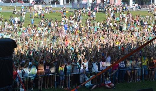 В Ижевске на фестиваль красок «ИжХоли» пришли тысячи горожан