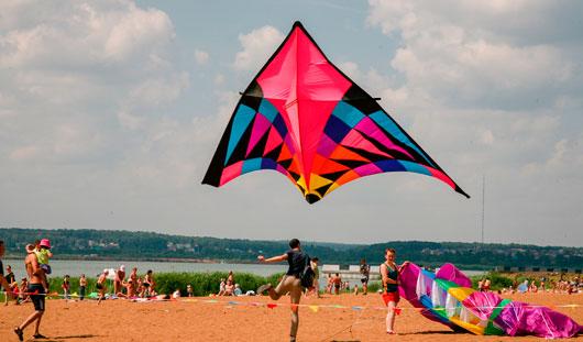 Десятки воздушных змеев взлетели в небо над городским пляжем Ижевска