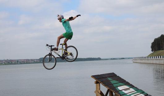 Соревнования по фанджампингу прошли на Ижевском пруду