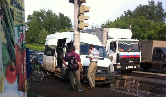В Ижевске авария маршрутки с людьми попала на видео