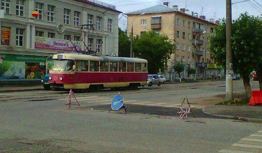 Яма на улице Коммунаров в Ижевске после ливня снова провалилась