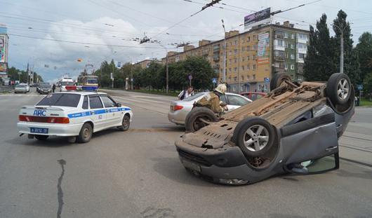 В Ижевске на перекрестке улиц Кирова и Пушкинской перевернулась иномарка