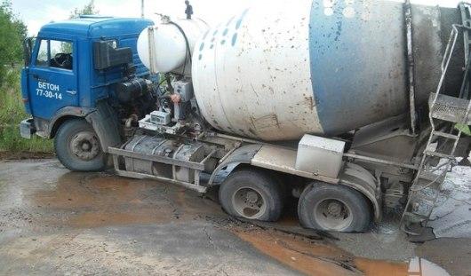 На металлургическом заводе в Ижевске под бетономешалкой провалился асфальт