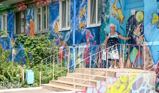 Самые красивые дворы Ижевска: граффити, клумбы и Баба-Яга
