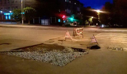 Яма на перекрестке улиц Коммунаров и Ленина в Ижевске продолжает проваливаться